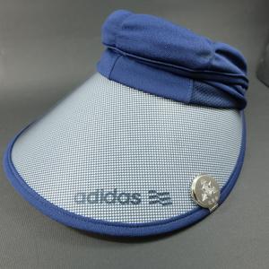 帽子に付けたゴルフマーカー